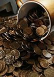 Монеты по 10 и 50 копеек в офисе частной компании в Красноярске 6 ноября 2014 года. Рубль ушел вниз на полуденных торгах вторника после обновленного пессимистичного прогноза Минэкономразвития, предполагающего падение экономики РФ и высокий курс доллара в 2015 году. REUTERS/Ilya Naymushin