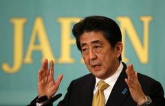 El primer ministro japonés, Shinzo Abe, durante una sesión de debate en Tokio, 01 diciembre, 2014. Standard & Poor's duda que el Gobierno de Japón elaborará un plan de consolidación fiscal que sea lo suficientemente detallado para aliviar las preocupaciones acerca de cómo reducirá su déficit presupuestario y la deuda pública, dijo un funcionario de alto rango de la agencia de calificación.  REUTERS/Toru Hanai