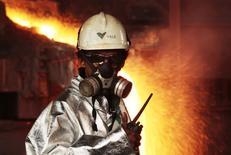 Funcionário da Vale monitora processo de fundição de níquel em Celebes, Indonésia. 08/01/2014 REUTERS/Yusuf Ahmad