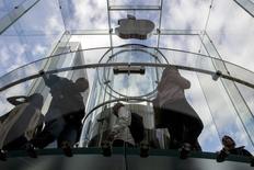 Apple devait répondre à partir de ce mardi devant un tribunal californien d'accusations d'abus de monopole dans la musique numérique, le groupe à la pomme risquant jusqu'à un milliard de dollars de dommages et intérêts en cas de défaite. /Photo prise le 21 octobre 2014/REUTERS/Brendan McDermid