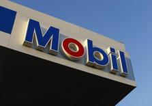 Una gasolinera de Exxon Mobil en Encinitas, EEUU, oct 28 2014. El tribunal arbitral del Banco Mundial no decidirá este año si procede la revisión de un fallo que ordena a Venezuela pagar 1.600 millones de dólares a Exxon por la expropiación de activos, dijo el martes el abogado que representa al país.    REUTERS/Mike Blake