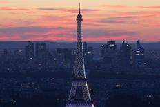 Vista de la Torre Eiffel y el distrito financiero de La Defense en París. Imagen de archivo, 14 julio, 2014. Los fuertes descuentos en los precios no consiguieron evitar que la actividad empresarial en la zona euro creciera menos de lo que se esperaba el mes pasado, según una encuesta publicada el miércoles, que sugiere que la economía del bloque podría contraerse de nuevo a principios del próximo año. REUTERS/Gonzalo Fuentes