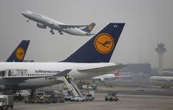 Le conseil de surveillance de Lufthansa a entériné jeudi un projet de développement de sa filiale à bas coûts Eurowings pour faire de cette entité spécialisée dans les liaisons régionales une concurrente de Ryanair et easyJet. /Photo prise le 1er décembre 2014/REUTERS/Kai Pfaffenbach