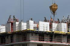 Le gouvernement a dévoilé jeudi un plan visant à compléter les mesures en faveur de la relance de la construction, fondé sur la simplification, la formation, la gestion de l'amiante et le développement du numérique dans le secteur. /Photo prise le 2 septembre 2014/REUTERS/Philippe Wojazer