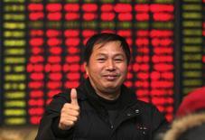 Розничный инвестор в брокерской конторе в городе Наньтун в китайской провинции Цзянсу 4 декабря 2014 года.Азиатские фондовые рынки выросли за неделю при поддержке валютных курсов и местных новостей. REUTERS/China Daily
