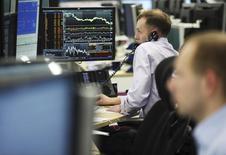 Трейдеры инвесткомпании AHL-MAN в ее офисе в Лондоне 6 марта 2014 года. Европейские фондовые рынки снижаются после публикации слабых экономических показателей Китая и Японии. REUTERS/Olivia Harris