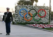 Policial caminha perto de anéis olímpicos em Mônaco. 08/12/2014.  REUTERS/Eric Gaillard