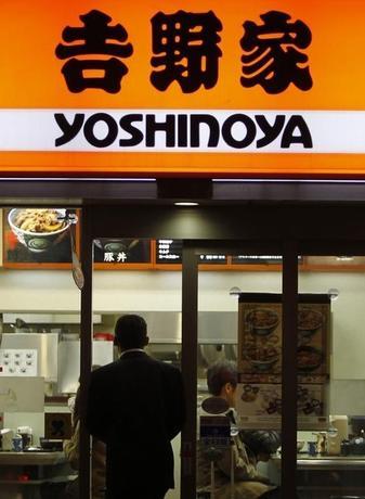11月9日、吉野家ホールディングスは、牛丼を17日から値上げすると発表した。米国産牛肉の価格高騰を、合理化やコスト削減だけで吸収するのは困難と判断した。2010年12月撮影(2014年 ロイター/Yuriko Nakao)