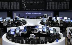 Трейдеры на торгах фондовой биржи во Франкфурте-на-Майне 28 ноября 2014 года. Европейские фондовые рынки упали до двухнедельного минимума за счет акций нефтяных компаний, дешевеющих вслед за снижением цен на нефть. REUTERS/Remote/Stringer
