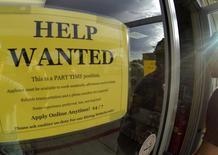 Un anuncio de empleo a tiempo parcial en la puerta de una gasolinera en Encinitas, EEUU, sep 6 2013. El número de puestos de trabajo vacantes en Estados Unidos subió a un máximo de casi 13 años en octubre, una señal esperanzadora para la economía y el mercado laboral del país.  REUTERS/Mike Blake