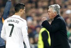 Técnico do Real Madrid, Carlo Ancelotti, fala com Cristiano Ronaldo em partida contra o Basel, na Liga dos Campeões. 26/11/2014  REUTERS/Arnd Wiegmann