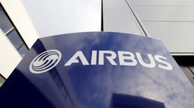 Airbus Group a plongé en Bourse mercredi en raison de la déception causée par les prévisions fournies aux investisseurs par la maison mère d'Airbus pour les années à venir. L'action a perdu 10,42% sur la séance, représentant 3,94 milliards d'euros de capitalisation boursière évaporée, soit environ la valeur d'une douzaine d'A380 aux prix catalogue. /Photo prise le 4 décembre 2014/REUTERS/Régis Duvignau