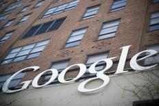 Google va fermer le 16 décembre son service d'actualités Google News en Espagne en invoquant une nouvelle législation contraignant les moteurs de recherche à rémunérer les éditeurs de presse pour la publication de tout ou partie de leurs contenus. /Photo d'archives/REUTERS/Andrew Kelly