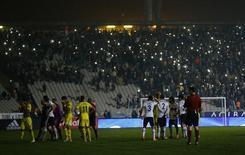 Jogo da Liga Europa entre Besiktas e Tottenham é suspenso por falha na iluminação, no estádio Ataturk, em Istambul, na Turquia, nesta quinta-feira. 11/12/2014 REUTERS/Murad Sezer