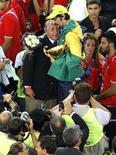 Ex-presidente da CBV Ary Graça com Giba em mundial de 2010, em Roma. 10/10/2014.  REUTERS/Max Rossi