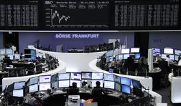 Трейдеры на торгах фондовой биржи во Франкфурте-на-Майне 8 декабря 2014 года.  Европейские фондовые рынки снижаются за счет падения цены на нефть и политической нестабильности в Греции. REUTERS/Remote/Stringer