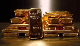 Золотые слитки в хранилище Pro Aurum в Мюнхене 3 марта 2014 года. Рынок золота готовится завершить ростом вторую неделю подряд благодаря повышенному спросу на надежные активы. REUTERS/Michael Dalder