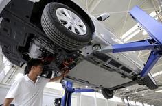 Véhicule électrique dans une usine BAIC proche de Pékin. Le constructeur automobile chinois, détenu en partie par le groupe allemand Daimler, envisagerait de lever environ 1,42 milliard de dollars avec son introduction à la Bourse de Hong Kong, /Photo prise le 23 juillet 2014/REUTERS/China Daily