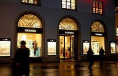 """Hermès recule de 4,21% à la mi-séance de la Bourse de Paris, tandis que le CAC 40 cédait 1,57% à 12h54. Société générale décèle des éléments négatifs pour le groupe et a abaissé sa recommandation de """"conserver"""" à """"vendre"""".   /Photo d'archives/REUTERS/Arnd Wiegmann"""