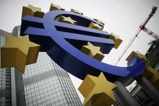 La Banque centrale européenne (BCE) a donné vendredi un premier avis favorable aux projets de 13 banques pour combler les déficits de fonds propres mis au jour par de récents examens de santé, ce qui doit permettre bientôt de boucler la revue du secteur. /Photo d'archives/REUTERS/Alex Domanski