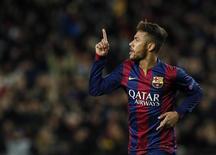 Neymar comemora gol marcado contra o Paris St Germain pela Liga dos Campeões. 10/11/2014 REUTERS/Albert Gea