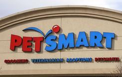 Le distributeur américain d'aliments pour animaux domestiques PetSmart a conclu un accord en vue de son acquisition par le fonds d'investissement BC Partners pour 8,7 milliards de dollars (7,0 milliards d'euros), la plus importante opération de LBO (rachat avec effet de levier) de l'année. /Photo prise le 18 novembre 2014/REUTERS/Rick Wilking