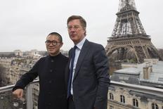 Le PDG d'Accor Sébastien Bazin et Qi Ji, fondateur et PDG de Huazhu Hotels Group. Selon Accor, son alliance stratégique avec China Lodging Group, qui exploite les hötel  Huazhu, dopera ses profits après la première année et donnerait un coup d'accélérateur à son expansion sur le marché en forte croissance du tourisme et de l'hôtellerie chinoise. /Photo prise le 15 décembre 2015/REUTERS/Philippe Wojazer
