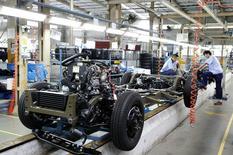 Рабочие на заводе Geely Englon в Шанхае 17 сентября 2014 года. Активность в фабричном секторе Китая сократилась в декабре впервые за семь месяцев, снова подтверждая необходимость в новых стимулирующих мерах для экономики.  REUTERS/Stringer
