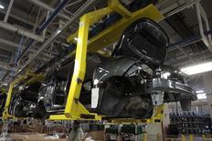 Funcionários trabalham em linha de montagem da Dacia. 21/02/2013 REUTERS/Stringer
