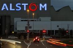 Alstom serait sur le point de conclure avec la justice américaine un accord de règlement d'un montant de 700 millions de dollars (559 millions d'euros) dans une affaire de corruption présumée. /Photo d'archives/REUTERS/Arnd Wiegmann