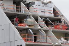 L'activité du secteur du bâtiment devrait reculer de 0,4% en 2015, après -4,3% en volume cette année, et 30.000 emplois devraient à nouveau être détruits,/Photo prise le 2 septembre 2014/REUTERS/Philippe Wojazer