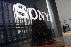 El logo de Sony en su casa matriz en Tokio, nov 18 2014. Sony Pictures Entertainment Inc se convirtió en el objetivo de una demanda colectiva de dos personas que aseguraron ser ex empleados y acusaron a la compañía por no proteger sus datos. REUTERS/Toru Hanai