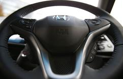 """Logotipo de airbag num volante do sedan híbrido """"Grace"""" da Honda. 01/12/2014 REUTERS/Toru Hanai"""