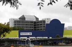 Le magnat brésilien Abilio Diniz va prendre une part de 10% dans la filiale brésilienne de Carrefour pour une somme comprise entre 500 et 600 millions d'euros. /Photo d'archives/REUTERS/Paulo Whitaker