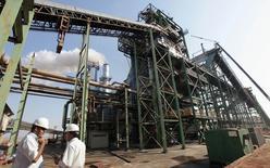 Trabalhadores em fábrica de processamento de cana em Valparaíso, no Estado de São Paulom em 18 de setembro de 2014. REUTERS/Paulo Whitaker/Files (BRAZIL - Tags: BUSINESS TRANSPORT COMMODITIES ENERGY ENVIRONMENT)