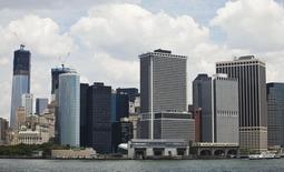 Imagen de rascacielos en el distrito financiero de Manhattan en Nueva York. Imagen de archivo, 3 julio, 2012.  Una medición de la actividad económica futura en Estados Unidos subió enérgicamente en noviembre, lo que apunta a una fortaleza subyacente en la economía. REUTERS/Andrew Burton