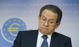 El vicepresidente del Banco Central Europeo, Vitor Constancio, dijo en una entrevista en una revista que esperaba que la tasa de inflación de la Eurozona fuese negativa en los próximos meses, pero añadió que se trataría de un fenómeno temporal y que no veía el riesgo de entrar en deflación. En la imagen, Vitor Constancio, en una rueda del BCE en Francfórt el 26 de octubre de 2014.  REUTERS/Ralph Orlowski
