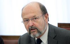 En la imagen de archivo, el gobernador del Banco Central de Bélgica, Luc Coene, presenta el informe anual del banco en Bruselas, el 13 de febrero de 2012. El Banco Central Europeo debería comenzar a comprar bonos de los gobiernos para reparar la débil confianza de los inversores y la baja inflación en la zona euro, dijo Coene, que es miembro del Consejo de Gobierno del banco, en una entrevista publicada el sábado. REUTERS/Francois Lenoir (BELGIUM - Tags: BUSINESS POLITICS) - RTR2XS6X