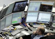 Трейдер на фондовой бирже во Франкфурте-на-Майне 16 октября 2014 года. Европейские фондовые рынки растут за счет нефтяных компаний и подъема на фондовом рынке Греции в начале торгов. REUTERS/Stringer