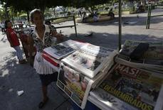 """Imagen de archivo de una vendedora de diarios en San Salvador, mar 7 2014. La agencia Standard & Poor's bajó el lunes la calificación soberana de El Salvador a """"B+"""" desde """"BB-"""" por lo que considera una continua y gradual erosión del perfil financiero gubernamental. REUTERS/Henry Romero"""