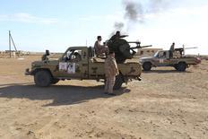 Forças Armadas da Líbia pertencentes ao governo líbio rival, que são parte da operação da milícia Amanhecer da Líbia para libertar portos, são vistas nos arredores do porto de Al Sidra, na Líbia, na semana passada. 14/12/2014 REUTERS/Stringer