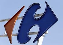Le titre Carrefour figure au rang des valeurs à suivre ce mardi à la Bourse de Paris, au lendemain de l'annonce d'un rapprochement des centrales d'achat du groupe avec celles de Cora pour les produits de grandes marques, de façon à pouvoir davantage peser dans les négociations tarifaires avec les fournisseurs. /Photo d'archives/REUTERS/Régis Duvignau