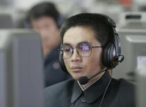 Un estudiante observa una pantalla de computador en Pyongyang. Imagen de archivo, 27 octubre, 2008. Corea del Norte, en el centro de un enfrentamiento con Estados Unidos sobre un ataque informático contra Sony Pictures, experimentó un corte total de Internet durante horas antes de que la conectividad fuera restablecida el martes, dijo una compañía estadounidense que supervisa la infraestructura de Internet. REUTERS/Jo Yong-Hak