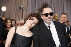 Atriz britânica Helena Bonham Carter com o diretor Tim Burton.  24/02/2013.  REUTERS/Lucy Nicholson