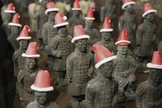 Шоколадные копии солдат Терракотовой армии в лобби отеля в Сиане 21 ноября 2014 года. Университет на северо-западе Китая запретил своим студентам отмечать Рождество, назвав его безвкусицей, и в качестве альтернативы отправил их смотреть пропагандистское кино.  REUTERS/China Daily