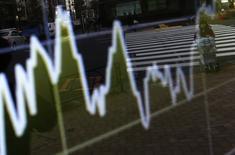 График динамики индекса Nikkei на экране брокерской конторы в Токио 24 декабря 2014 года. Японский фондовый рынок снизился в четверг, а китайский поднялся, в то время как рынки Южной Кореи и Гонконга не работают по случаю Рождества. REUTERS/Yuya Shino