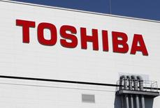 Logotipo da Toshiba em sua fábrica de memórias flash em Yokkaichi, Japão. 09/09/2014 REUTERS/Reiji Murai