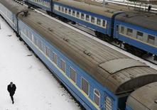 Поезда на вокзале в Киеве 7 марта 2012 года. Украина остановила железнодорожное сообщение с Крымским полуостровом, территория которого в марте была аннексирована Россией, сообщила пресс-служба Государственной администрации железнодорожного транспорта (Укрзализныци). REUTERS/Anatolii Stepanov