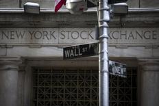 Una señalética de Wall Street en las afueras de la bolsa de Nueva York. Imagen de archivo, 4 febrero, 2014. Las acciones subían el viernes en la apertura en la bolsa de Nueva York y los principales índices se encaminaban a un segundo avance semanal consecutivo, pero los movimientos se anticipaban leves por la falta de catalizadores del mercado y ya que muchos operadores están descansando por las festividades de Navidad. REUTERS/Brendan McDermid