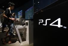 Una persona juega con una consola Playstation 4 en un salón de exhibición de Sony en Tokio, jul 16 2014. El servicio Xbox Live de Microsoft Corp volvió a funcionar el viernes, pero PlayStation Network de Sony Corp seguía caído por segundo día después de que un grupo de piratas informáticos se atribuyó la responsabilidad por el ataque a los dos servicios de videojuegos por Internet.  REUTERS/Yuya Shino